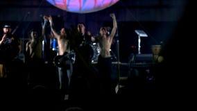 Aclamación de la estrella del rock en el evento del concierto de la música La banda de metales pesados realiza un concierto de ro almacen de video