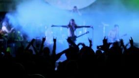 Aclamación de la estrella del rock en el evento del concierto de la música La banda de metales pesados realiza un concierto de ro metrajes