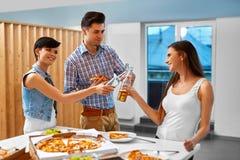 aclamaciones Amigos felices que animan las botellas de cerveza dentro Partido cele fotografía de archivo libre de regalías