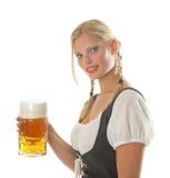 Aclamaciones bávaras de la muchacha con una cerveza Fotografía de archivo libre de regalías