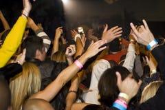 Aclamaciones de la muchedumbre en el concierto de la música Imágenes de archivo libres de regalías