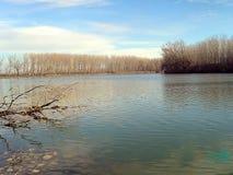 Aclara el río en día de invierno soleado Foto de archivo libre de regalías