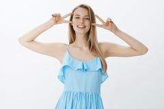 Aclare encima de día con optimismo Retrato de la muchacha europea carismática joven apuesta positiva con el pelo justo en azul fotos de archivo libres de regalías
