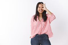 Aclare encima de d?a con risa y sonrisas puras Retrato de la mujer asi?tica atractiva joven divertida y alegre despreocupada con imagen de archivo libre de regalías