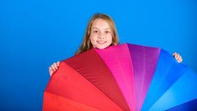 Aclare encima de vida Del niño de la ojeada paraguas colorido del arco iris hacia fuera Coloree su vida Piel alegre de la muchach fotos de archivo libres de regalías