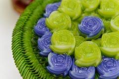 Acode el postre dulce de Khanom Chan Thai de la torta en forma color de rosa Fotografía de archivo
