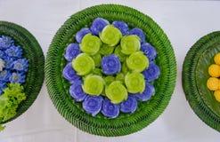 Acode el postre dulce de Khanom Chan Thai de la torta en forma color de rosa Foto de archivo