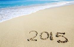 Acoger con satisfacción el Año Nuevo de 2015 en la playa Fotos de archivo libres de regalías