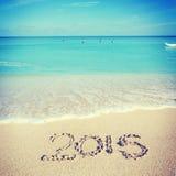 Acoger con satisfacción el Año Nuevo de 2015 en la playa Imagen de archivo libre de regalías
