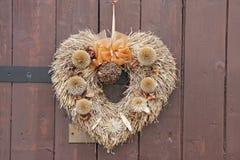 Acoger con satisfacción el ornamento en la puerta de la entrada Imagen de archivo libre de regalías