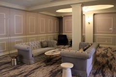 Acoger con satisfacción los sofás grises con las mantas modeladas y las paredes pintadas en sala de estar, el hotel de Adelphi, S fotos de archivo libres de regalías