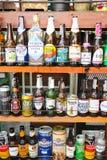 Acohol空的瓶例如啤酒从许多的酒wiskey著名品牌 免版税图库摄影