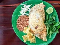 Acolchoe macarronetes de arroz tailandeses, salteado com camarão Esse do prato principal nacional do ` s de Tailândia alimento po foto de stock