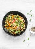 Acolchoe macarronetes tailandeses do udon dos vegetais do vegetariano em um fundo claro, vista superior Alimento do vegetariano imagem de stock royalty free
