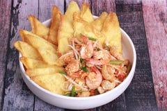 Acolchoe tailandês com camarão e wonton crisy, broto de soja foto de stock royalty free
