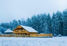 Acolhedor pouca casa de madeira Fotografia de Stock Royalty Free