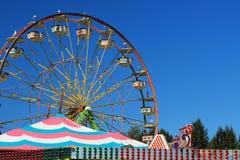 Acolorfulreuzenrad in silhouet tegen een heldere blauwe hemel stock afbeeldingen