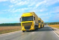 Acompañamiento de camiones amarillos Fotografía de archivo libre de regalías