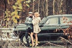 Acompañamiento de muchacha por seguridad Viaje del viaje y de negocios o el caminar del tirón Hombre barbudo y mujer atractiva en fotografía de archivo