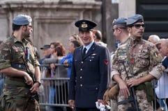 acompañamiento militar durante el día de fuerzas armadas de arma italiano Foto de archivo libre de regalías