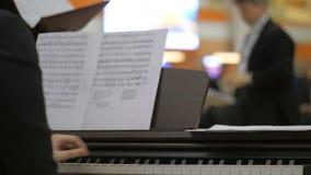 Acompañante del piano y director del coro metrajes