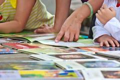Acompañe al niño para leer imagen de archivo libre de regalías