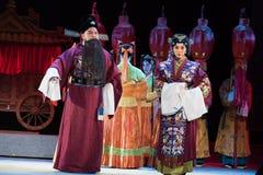 """acompañe a la novia al  """"Red ópera del pearl†de boda-Jiangxi del emperador de la familia- del novio fotos de archivo"""