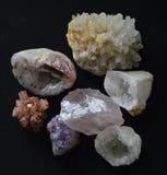 AComposition των πολύτιμων λίθων κρυστάλλου βράχου στο Μαύρο, συλλογή των χρωμάτων και των μορφών Στοκ εικόνα με δικαίωμα ελεύθερης χρήσης