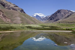 Aconcagua-Berg reflektiert an einem See. Lizenzfreies Stockfoto