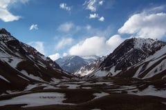 Aconcagua fra le nuvole e le montagne Immagine Stock