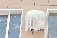 Acondicionador de aire cubierto con hielo y carámbanos congelados fotografía de archivo libre de regalías