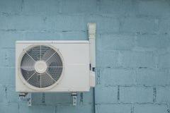 Acondicionador de aire del condensador con el fondo del ladrillo del vintage Foto de archivo libre de regalías