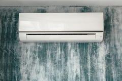 Acondicionador de aire en fondo de la pared Fotos de archivo