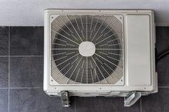 Acondicionador de aire fuera del edificio imágenes de archivo libres de regalías