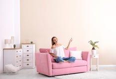 Acondicionador de aire de funcionamiento feliz de la mujer joven imagen de archivo libre de regalías