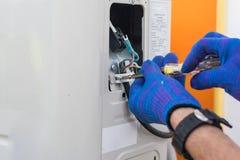 Acondicionador de aire de la reparación y del mantenimiento del técnico Imagen de archivo libre de regalías