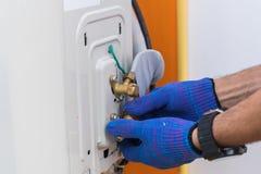 Acondicionador de aire de la reparación y del mantenimiento del técnico Fotografía de archivo