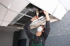 Acondicionador de aire masculino joven de la limpieza del técnico imágenes de archivo libres de regalías