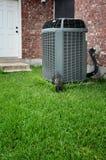 Acondicionador de aire moderno en patio trasero imagen de archivo libre de regalías