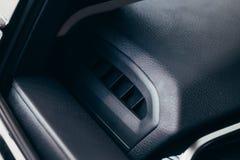 Acondicionador del coche el flujo de aire dentro del coche Interior del detalle Tubos de aire, desviaciones en el panel del coche fotografía de archivo libre de regalías