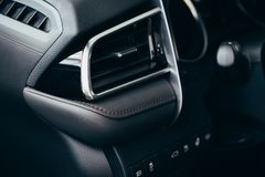 Acondicionador del coche el flujo de aire dentro del coche Interior del detalle Tubos de aire, desviaciones en el panel del coche fotografía de archivo