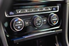 Acondicionador del vehículo y el panel de la unidad de control de la ventilación imagenes de archivo