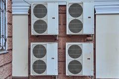 Acondicionadores de aire industriales grandes en la pared Imágenes de archivo libres de regalías