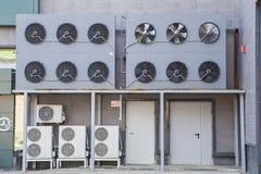 Acondicionadores y sistema externo de refrigeración de la tienda fotos de archivo