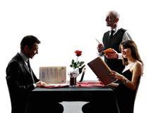 Acopla os amantes que datam silhuetas do jantar Foto de Stock