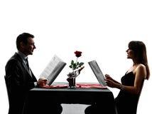 Acopla os amantes que datam silhuetas do jantar Fotos de Stock