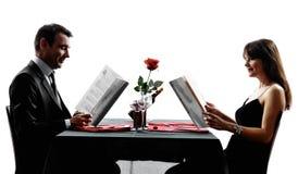 Acopla os amantes que datam silhuetas do jantar Fotografia de Stock Royalty Free