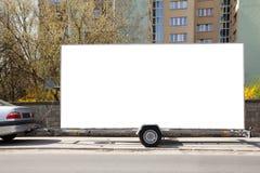 Acoplado en blanco del coche de la cartelera Imágenes de archivo libres de regalías