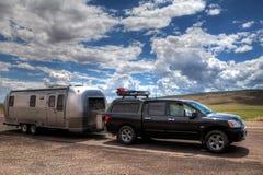 Acoplado y furgoneta de la corriente aérea Imagenes de archivo
