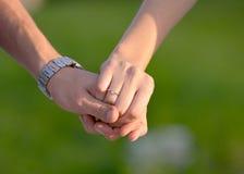 acoplamento Duas mãos que guardam-se - foto conservada em estoque Imagem de Stock Royalty Free